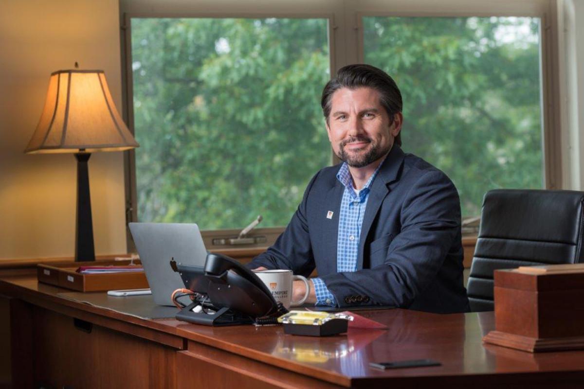 El asistente de Cuomo, James Malatras, emerge como el principal candidato para dirigir SUNY