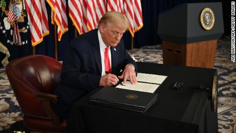 Trump cree que se le han otorgado amplios poderes nuevos.  Ahora los va a usar