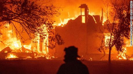 Una casa arde el miércoles temprano en Vacaville.
