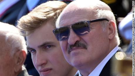 El presidente de Bielorrusia, Alexander Lukashenko, con su hijo Nikolai (izquierda) durante el desfile militar del Día de la Victoria el 24 de junio en Moscú.