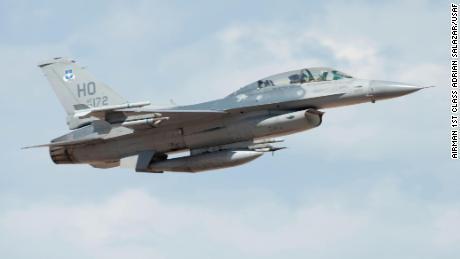 Un F-16 Viper de la Fuerza Aérea de los EE. UU. Despega de la Base de la Fuerza Aérea Holloman, Nuevo México, el 27 de julio de 2020.