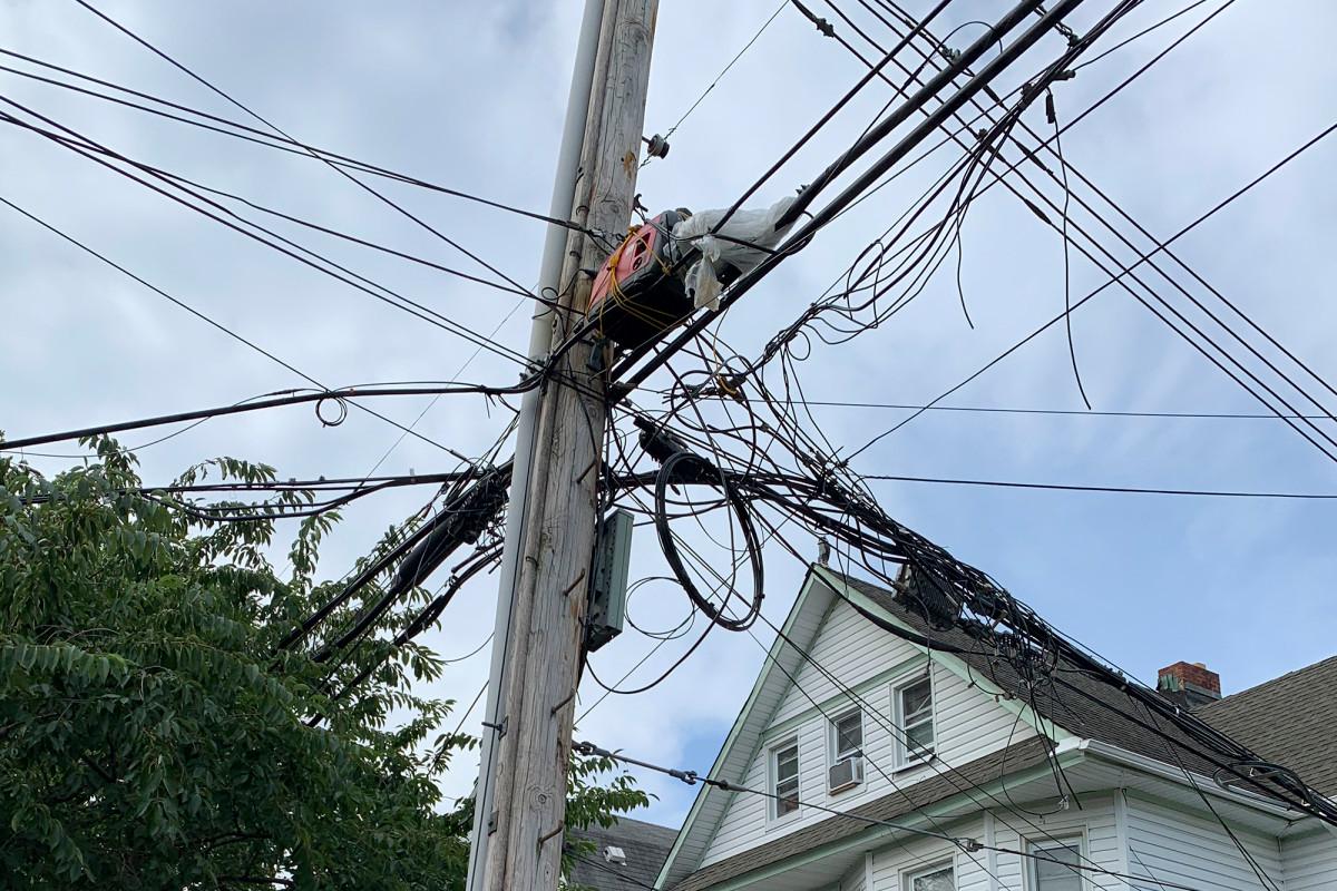 Generador colocado sobre líneas eléctricas preocupa a residentes de Queens