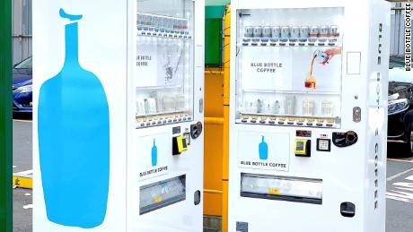 Nuevas máquinas expendedoras de Blue Bottle Coffee en Tokio.  La compañía dice que podría expandir la idea si tienen éxito.