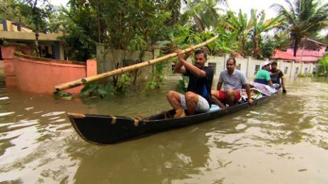 A raíz de las inundaciones de Kerala, las víctimas intentan recuperar los pedazos de sus vidas