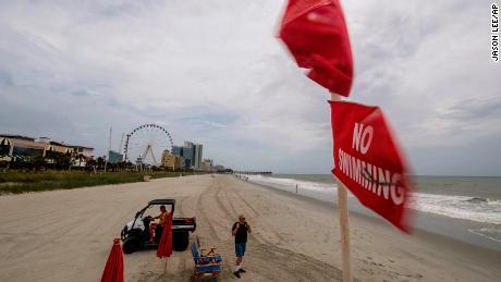 Ninguna bandera de natación ondea sobre un puesto de salvavidas en el centro de Myrtle Beach, Carolina del Sur, el lunes 3 de agosto de 2020.