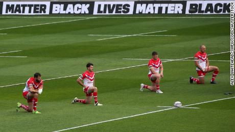 Los jugadores de St Helens se arrodillan antes del partido del domingo.