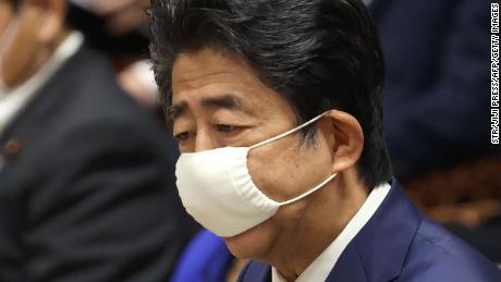 El primer ministro de Japón, Shinzo Abe, con una máscara facial en medio de las preocupaciones por la propagación del coronavirus, habla durante una sesión del comité de presupuesto en la cámara baja del parlamento en Tokio el 10 de junio de 2020.
