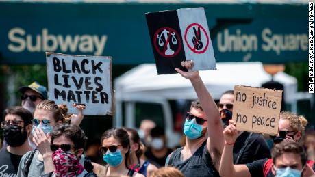 Los manifestantes ocupan Union Square en la ciudad de Nueva York el 6 de junio de 2020.