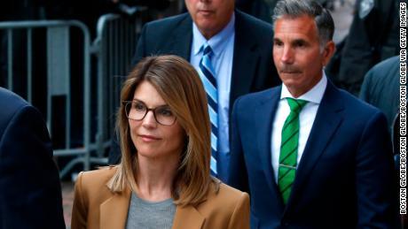 Los fiscales solicitan que Lori Loughlin reciba 2 meses de prisión y Mossimo Giannulli 5 meses