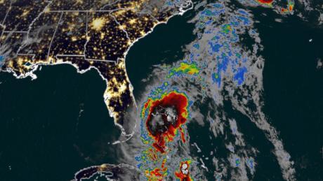 Florida siente las primeras lluvias y vientos de la tormenta tropical Isaias