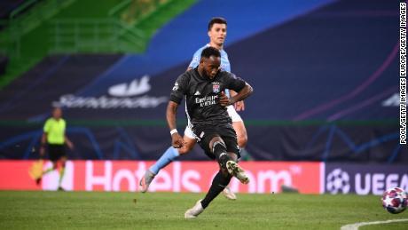 Moussa Dembélé marca el segundo gol del Lyon.
