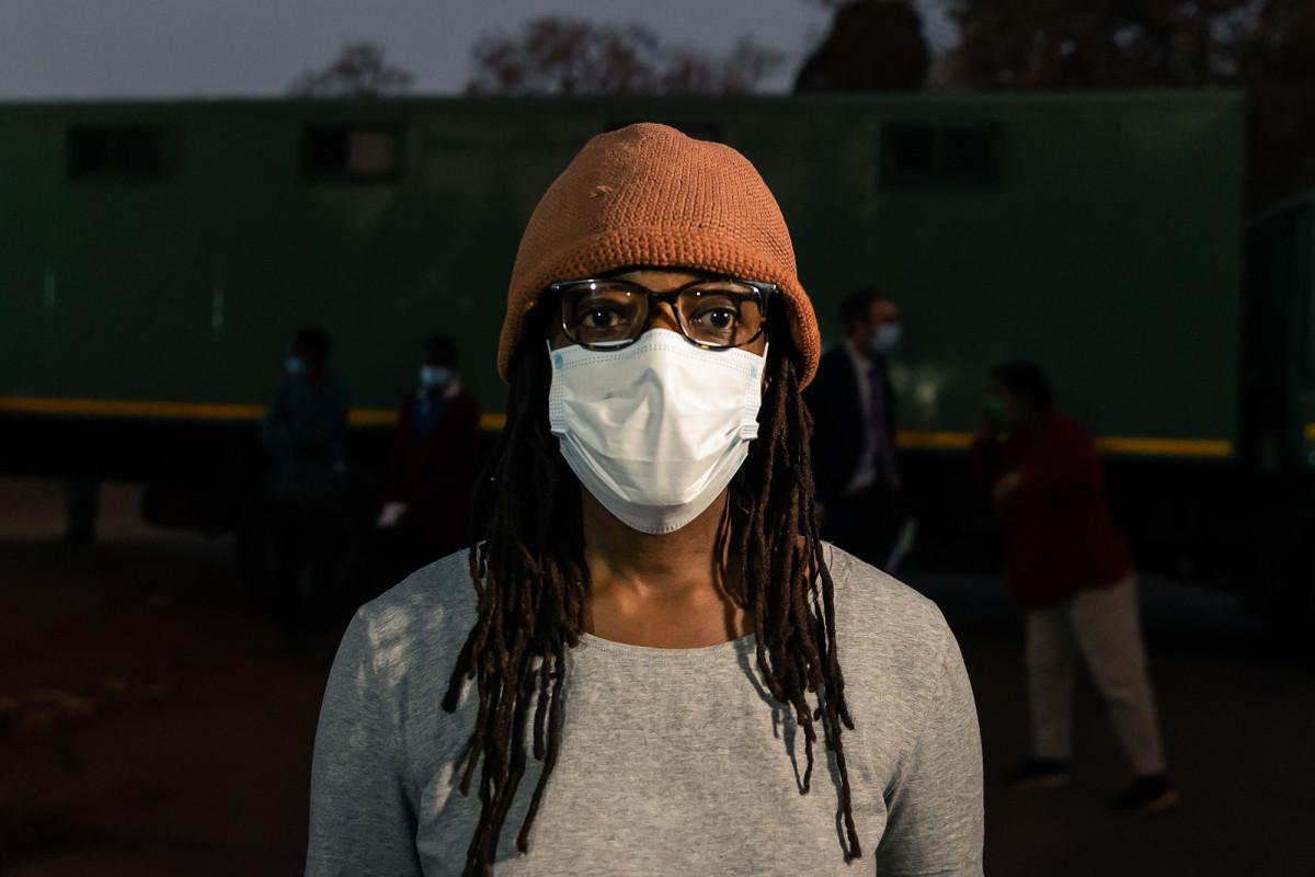 Nominado al Premio Booker arrestado mientras protestaba en Zimbabwe