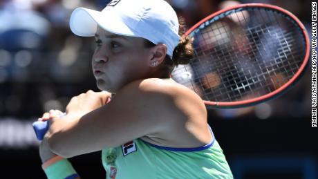 Ashleigh Barty, de Australia, regresa contra Petra Kvitova, de la República Checa, durante el partido de cuartos de final de individuales femenino en el torneo de tenis Open de Australia en Melbourne el 28 de enero de 2020.