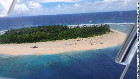 Tres hombres de los Estados Federados de Micronesia en la playa de la isla Pikelot fueron encontrados después de una búsqueda combinada de Estados Unidos y Australia.