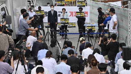 Un abogado de la Iglesia Sarang-jeil ofrece una conferencia de prensa en Seúl el 17 de agosto de 2020.